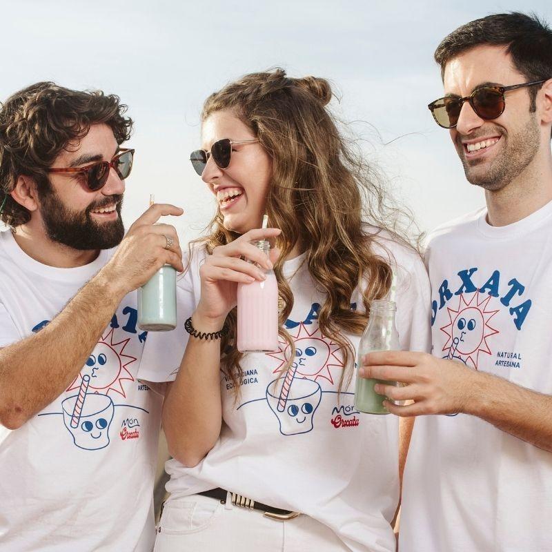 1l Horchata Artesana de Chufa Ecológica D.O. - personas bebiendo